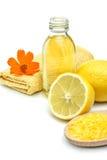 Spa och wellnessinställning med salt olje- extrakt för hav och citronen Arkivfoto