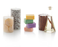 Spa olja i flaskor med parfymerade stearinljus och tvålar Royaltyfri Foto
