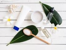 Spa produkter, aromatherapyolja och saltar med Plumeriablomman Royaltyfria Foton