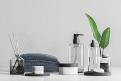Spa produkter och krämer på tabellen över grå färger royaltyfria bilder