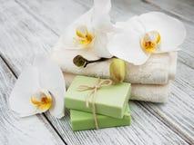 Spa produkter och vita orkidér Arkivbild