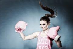 Weibliches Boxermodell mit großen Spaßrosahandschuhen Stockfoto