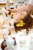 Spa salong: Härlig ung kvinna som har massage royaltyfria foton
