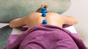 Spa salong. Kvinna som kopplar av ha kupa-exponeringsglas massage. Bodycare. Arkivfoton