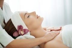 Spa salong: Ung härlig kvinna som har ansikts- massage Royaltyfri Bild