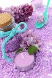 Spa sammansättning av stearinljuset, flaskan och lilan Royaltyfria Foton