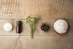 Spa sammansättning på trätabellen Naturlig aromolja, hav som är salt på lantlig träbakgrund Sund hudomsorg Tvål-, handduk- och bl royaltyfria foton