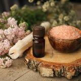 Spa sammansättning på trätabellen Naturlig aromolja, hav som är salt på lantlig träbakgrund Sund hudomsorg Tvål-, handduk- och bl royaltyfri foto