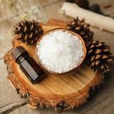 Spa sammansättning på trätabellen Naturlig aromolja, hav som är salt på lantlig träbakgrund Sund hudomsorg Tvål-, handduk- och bl royaltyfri bild