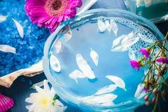 Spa sammansättningsvatten - blommar salta skal för bad Arkivfoto