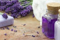 Spa skönhetsmedel- och wellnessprodukter av lavendel Fotografering för Bildbyråer