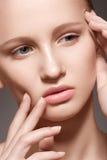 Spa skincareskönhet. Model framsida med clean hud Royaltyfri Foto