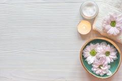 Spa spikar omsorg med bästa sikt testearinljusför träbakgrund royaltyfri fotografi