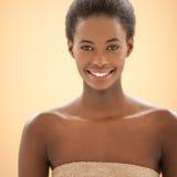 Spa stående av en le afrikansk kvinna royaltyfria foton