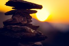 Spa stenar balanserar, färgrik sommarhimmelbakgrund, konturn av staplade kiselstenar och fjärilen, härlig natur royaltyfria foton