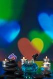 Spa stenar och stearinljus på färgrikt ljus Arkivfoto