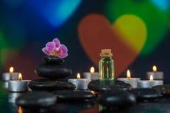 Spa stenar och stearinljus på färgrikt ljus Royaltyfri Fotografi