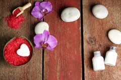 Spa stilleben för dag för St-valentin` s i röda och vitfärger med orkidéblommor och massagestenar, bästa sikt, kopia Royaltyfri Fotografi