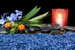 Spa stilleben med aromatiska stearinljus över svart bakgrund Royaltyfri Fotografi