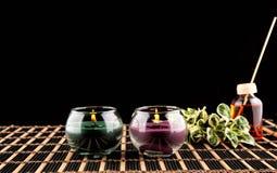 Spa stilleben med aromatiska stearinljus över svart bakgrund Royaltyfria Foton