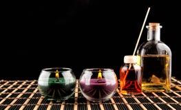 Spa stilleben med aromatiska stearinljus över svart bakgrund Arkivbilder