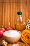 Spa stilleben med aromatiska stearinljus, blomman och handduken Arkivfoton