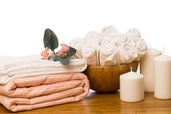 Spa stilleben med aromatiska stearinljus, blomman och handduken - Imag royaltyfria foton