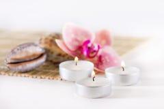Spa stilleben med aromatiska stearinljus, orkidéblomma Royaltyfria Foton