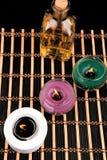 Spa stilleben med aromatiska stearinljus på svart bakgrund Royaltyfri Foto