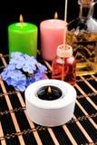 Spa stilleben med aromatiska stearinljus på svart bakgrund Arkivbilder