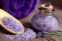 Spa stilleben med salt och handduken för lavendelbad Arkivbilder