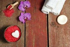 Spa stilleben på dag för St-valentin` s i rött och vitt med orkidén blommar, den bästa sikten, kopieringsutrymme för din text Fotografering för Bildbyråer