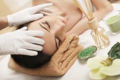Spa Terapeuta del masaje de la muchacha que hace el brunett hermoso del masaje principal Fotografía de archivo libre de regalías