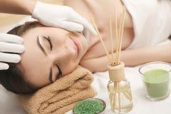 Spa Terapeuta del masaje de la muchacha que hace el brunett hermoso del masaje principal Fotos de archivo