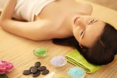 Spa Terapeuta del masaje de la muchacha que hace el brunett hermoso del masaje principal Foto de archivo