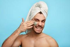 Spa terapi för män man som försöker att se perfekt arkivfoto