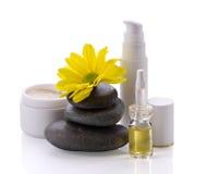 Spa tillbehör, kosmetiska produkter och blomma Royaltyfria Bilder
