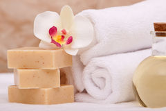 Spa towels and aromatherapy oils Royalty Free Stock Photography