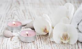 Spa uppsättning med vita orkidér Fotografering för Bildbyråer