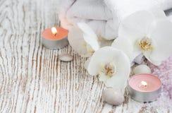 Spa uppsättning med vita orkidér Royaltyfri Foto