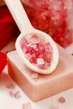 Spa uppsättning: parfymerad stearinljus, salt hav, röda vätsketvål och romantiker Royaltyfri Bild