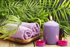 Spa Velas perfumadas, aceite esencial y toallas Imagenes de archivo