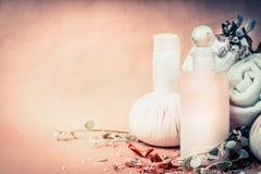 Spa, wellness- eller massageinställning med produkter för hudomsorg i flaska, nya örter för handduk och blommor Sund livsstil, kr Arkivfoton