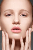 Spa, wellness och omsorg. Model framsida med clean hud Royaltyfria Bilder