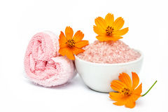 Spa and wellness setting with sea salt, flowers and towels isola Royalty Free Stock Photography