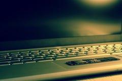 Spaander SSD-Aandrijving op trackpad Gedeeltelijk in scherpte Het toetsenbord is gedeeltelijk vaag, zijaanzicht van de bodem Een  royalty-vrije stock foto's