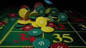 Spaanders die op een groene lijst in casino vallen stock footage
