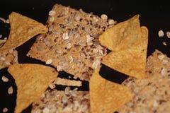 Spaanders en chips op zwarte achtergrond stock afbeeldingen