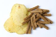 Spaanders en crackers op een witte achtergrond Stock Foto's