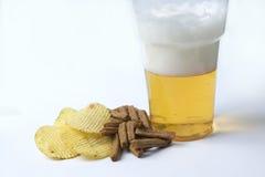 Spaanders en crackers op een witte achtergrond met bier Royalty-vrije Stock Afbeelding
